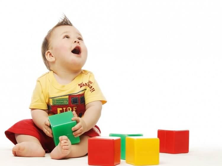 1 yaşındaki bebekler neler yapabilir?