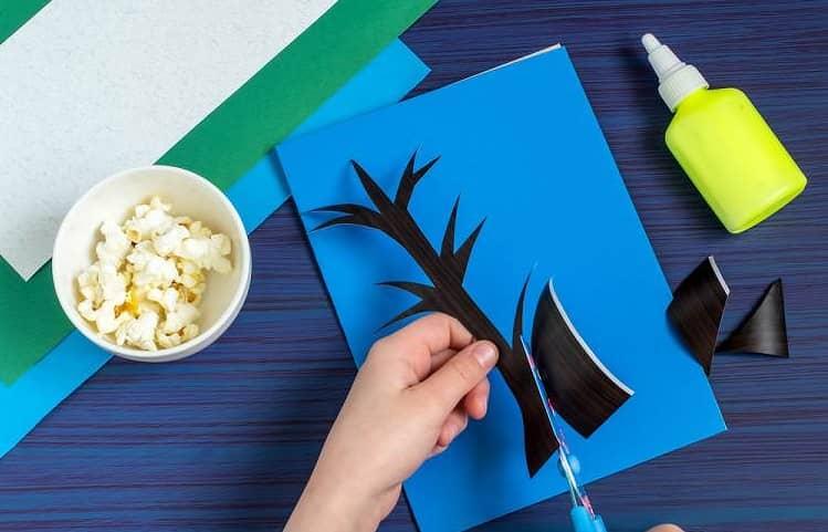 Kağıt ve patlamış mısır ile ağaç yapımı