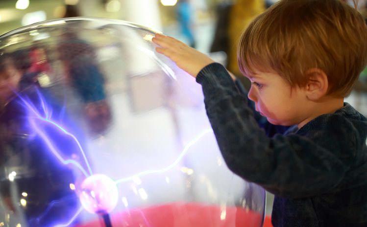 Çocuklarla evde yapılabilecek statik elektrik ile ayrıştırma deneyi